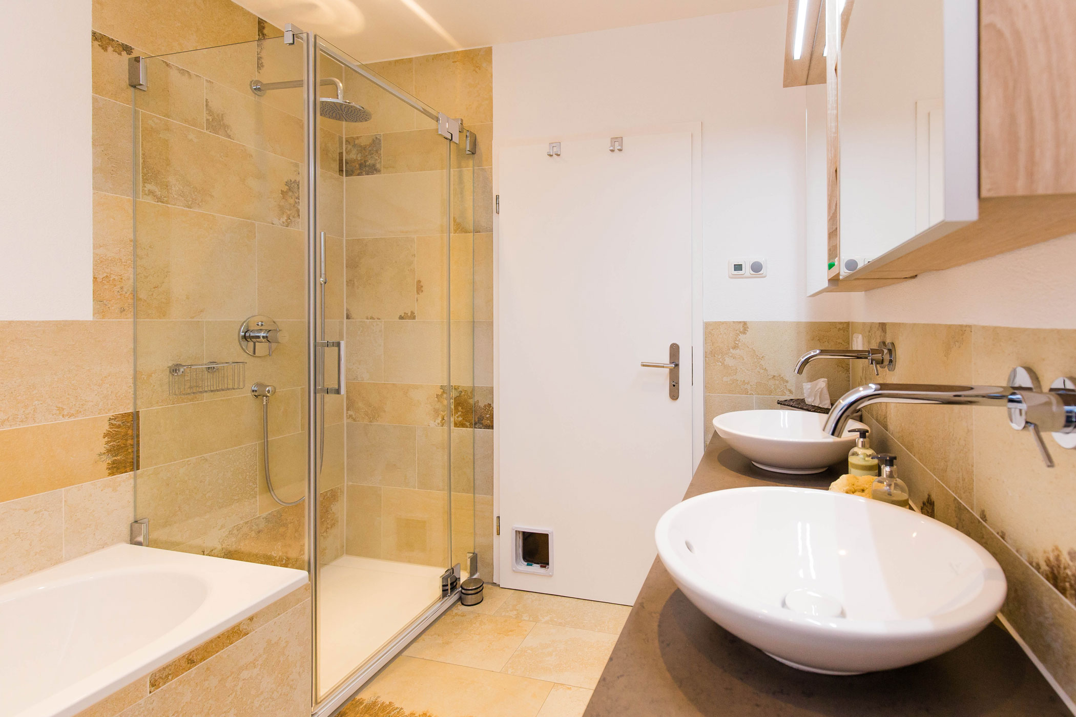 der muff der 70er jahre ist aus diesem bad gewichen die wohnkomplizen online. Black Bedroom Furniture Sets. Home Design Ideas